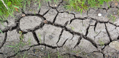 1024px-Cracked_earth_after_prolonged_drought._2020